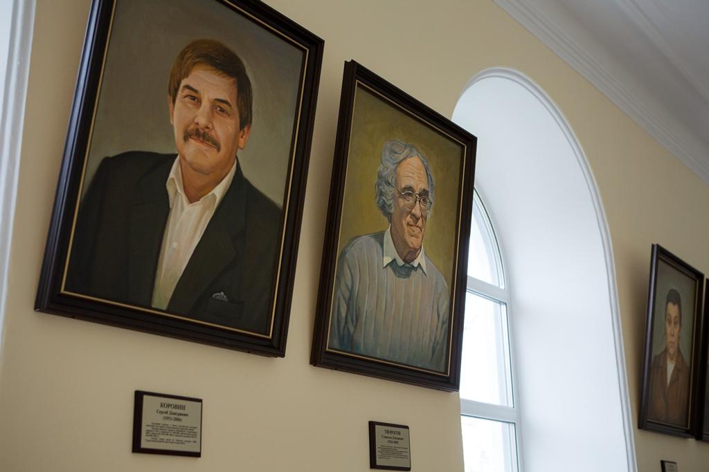В профессорской галерее ТГУ появилось 10 новых портретов ученых