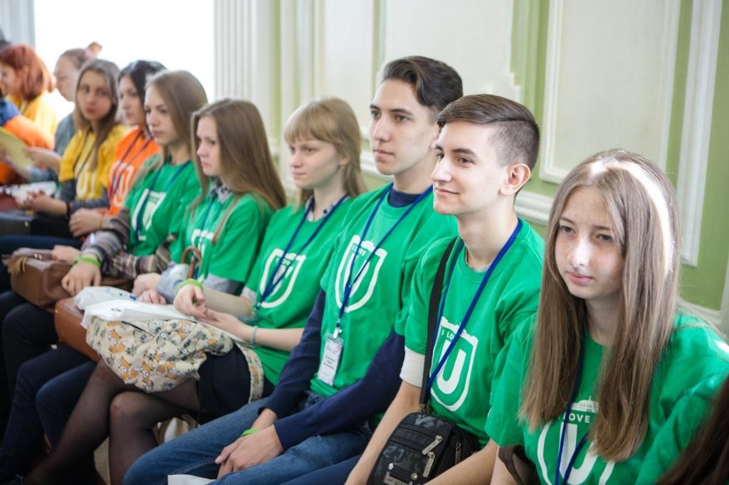 В зеленых футболках - победители олимпиад по естественным наукам.