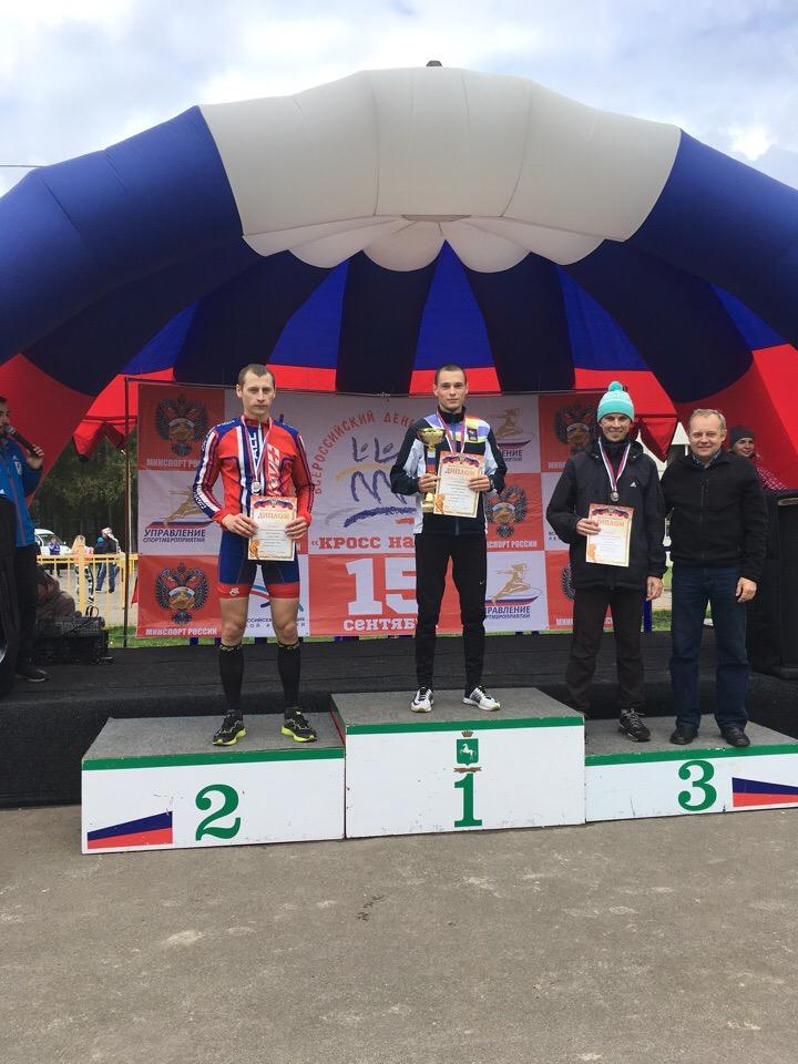 Александр Попов (в центре)