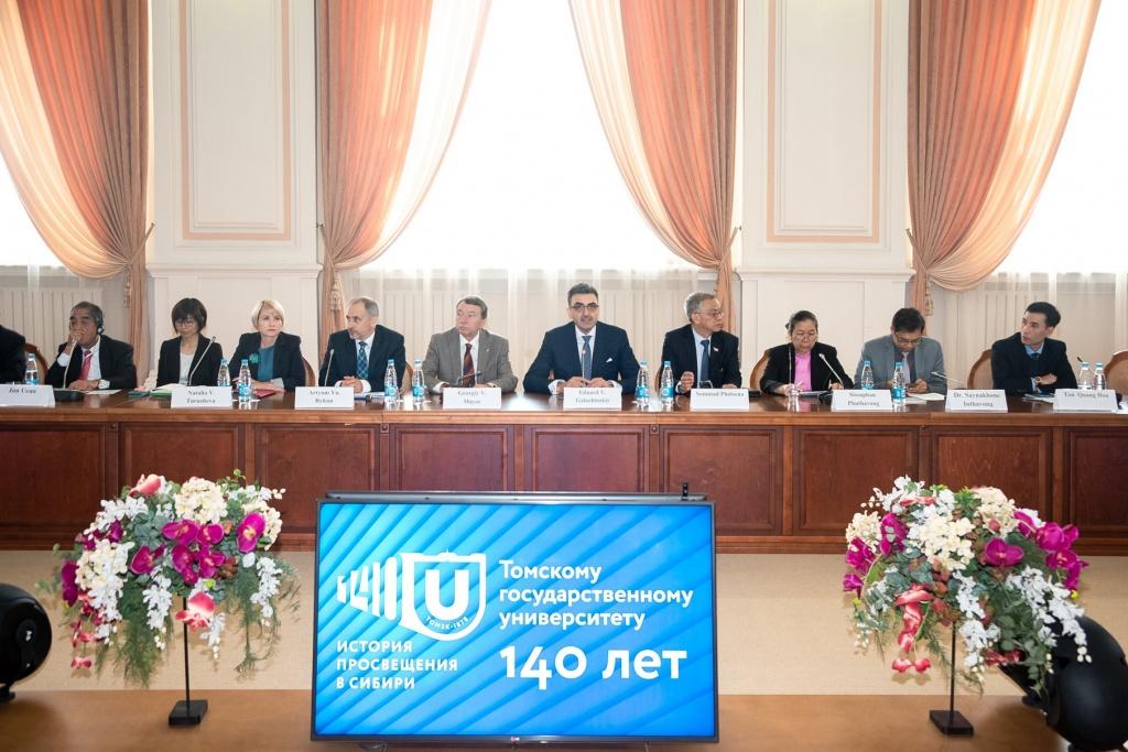 На круглом столе «Университеты на пути к совершенству»