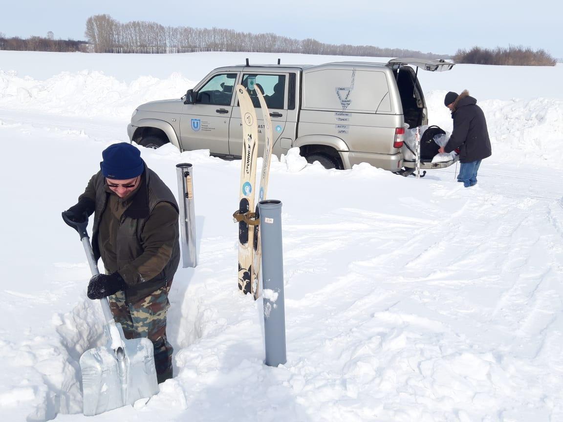 Отбор проб снега в экспедиции.jpg