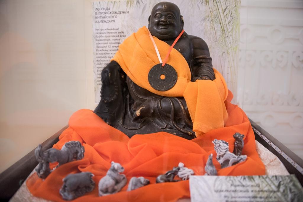 Китайский календарь на статуэтке будды