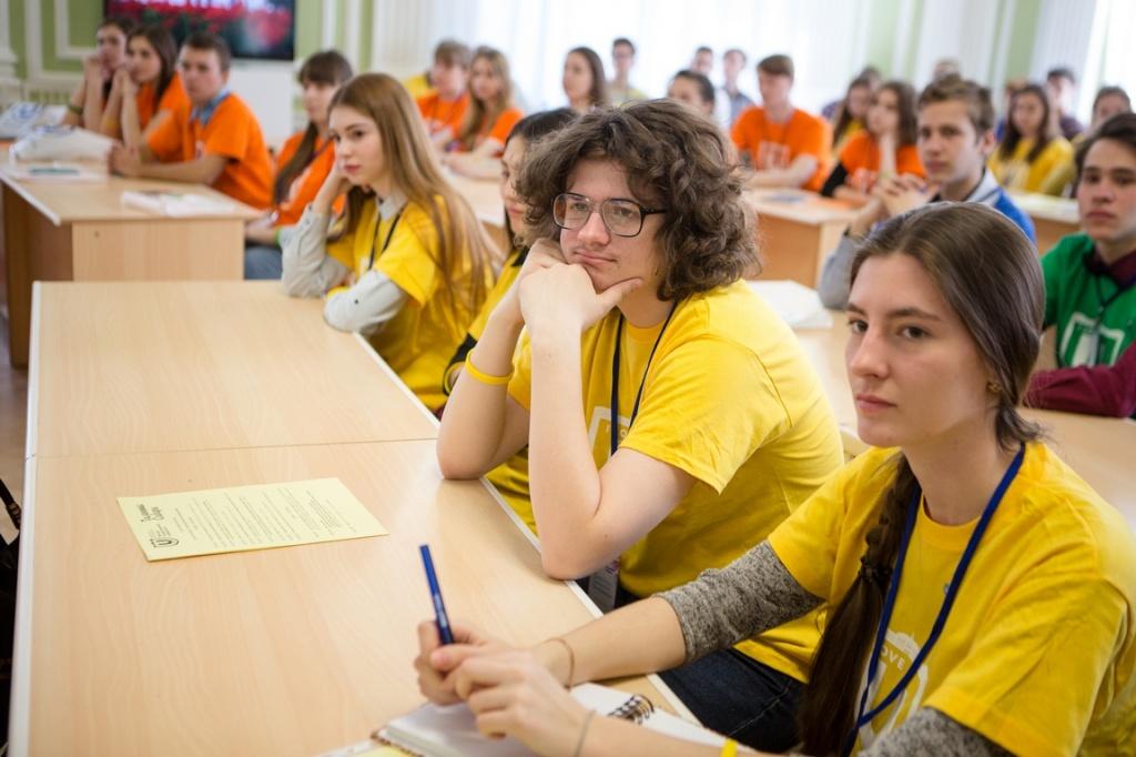 Школьники, увлеченные коммуникацией, надели желтые футболки с логотипом ТГУ.